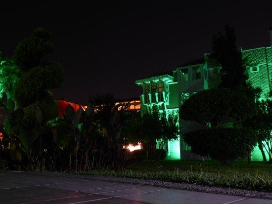 Club Mega Saray: Bungalow bei Nacht