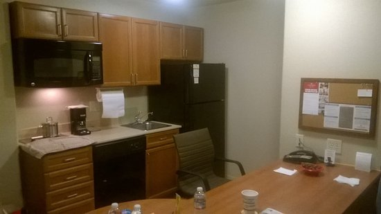Candlewood Suites Yuma: Kitchen with large table