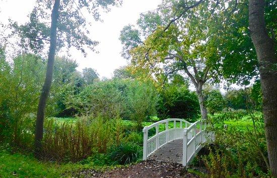 Wheatley, UK: Bridge to riverside walk