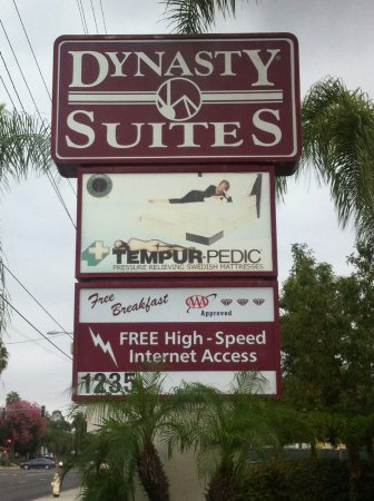 Dynasty Suites Redlands: Street sign