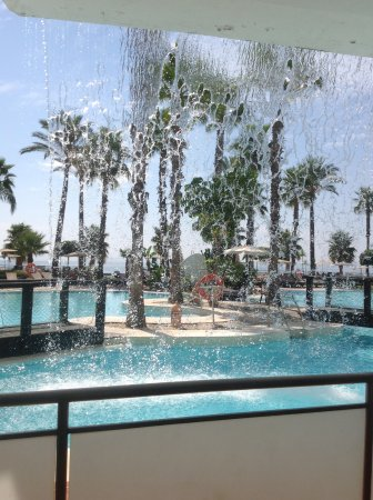 H10 Estepona Palace: Lovely view of pool area through the fountains