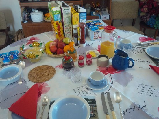 Coverack, UK: As well as the 'Full English' breakfast there is a super choice of cereals, fruits and juices!