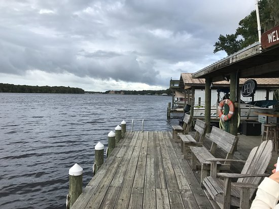 Welaka, FL: Dock and Bar area