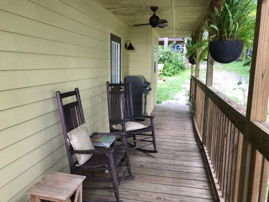 Welaka, FL: Porch on River Retreat Cottage