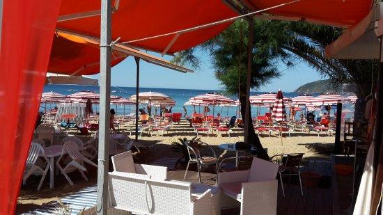 Capoliveri, Italy: Locali sulla spiaggia