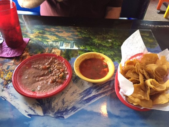 Red Hook, NY: The first course, complimentary: chips, salsa and bean dip, served on their very colorful table