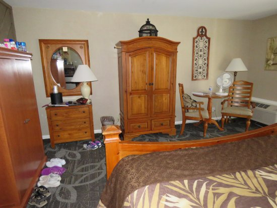 Best Western Chincoteague Island: King size bed, large TV inside cabinet