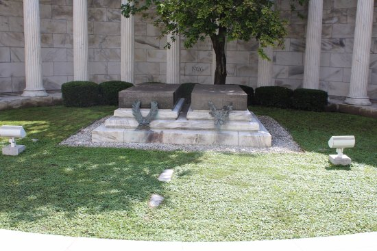 Marion, OH: The graves inside the tomb.