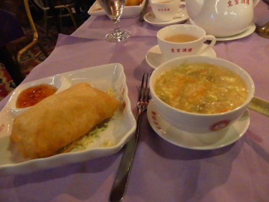 China Palace : Soup and egg rolls and hot green tea