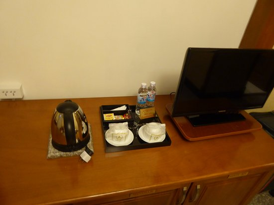 TV und Wasserkocher auf dem Zimmer - May Hotel