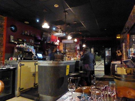 Au Gai Pécheur: L'entrée avec son bar . Une belle salle de restau se trouve à droite .