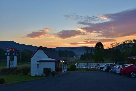 Hillside Motel: beautiful view from motel
