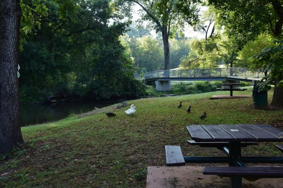 Hillside Motel: Luray has a lovely walking trail through town