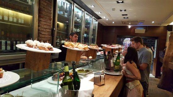 Irati Taverna Basca: balcão com tapas