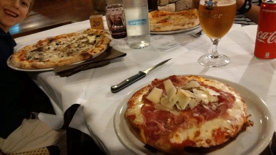 Sant'Andrea Bagni, Italia: I tre tipo di pizza: Alla teglia (primo piano) Classica (a sin) e napoletana ( a destra)
