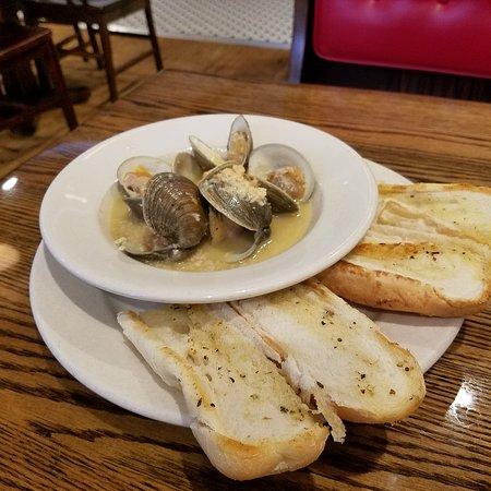 เซลินสโกรฟ, เพนซิลเวเนีย: Burger and fries, clam chowder, and littleneck clams