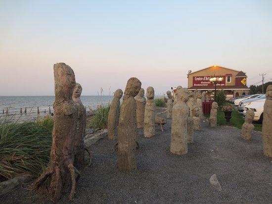 Sainte-Flavie, Canadá: Le grand rassemblement des sculptures au soleil couchant est le plus charmant accueil