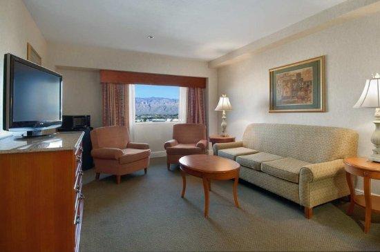Hilton Tucson East: Terrace Suite Parlor