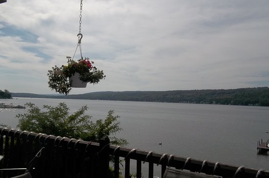 Penn Yan, Nova York: I took this photo of Keuka Lake from my chair at the table we sat at on the deck.