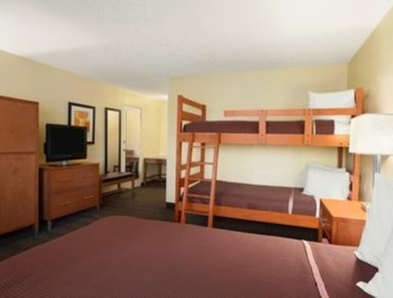Howard Johnson by Wyndham San Diego Sea World : Bunk Bed Room