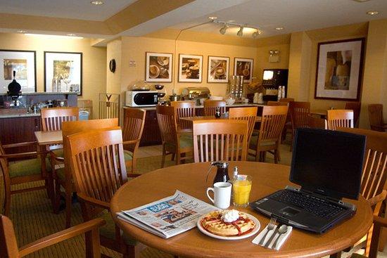 Phoenix Inn Suites Salem: Complimentary Breakfast