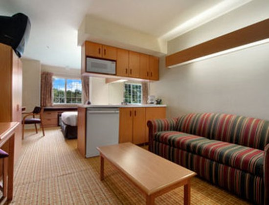 Microtel Inn & Suites by Wyndham West Chester: Queen Suite