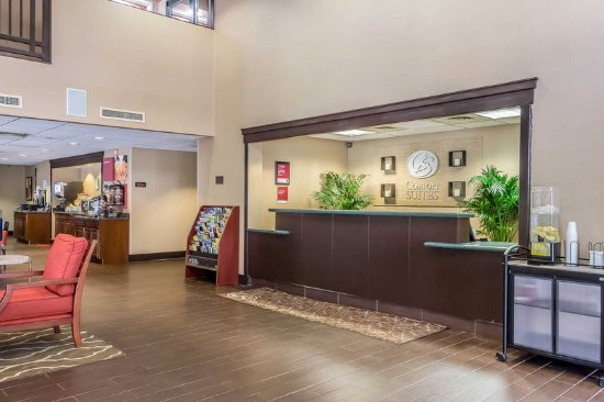 Comfort Suites- Norwich: Front desk with friendly staff