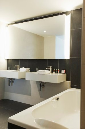 Royal Antibes Hotel, Residence, Beach & Spa: Bathroom with bathtub