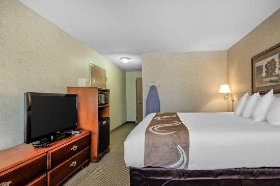 هوليداي إن إكسبريس آند سويتس: Well-equipped guest room
