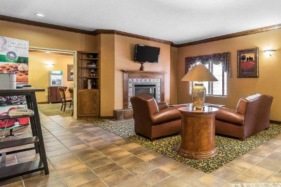Emporia, KS: Lobby with sitting area