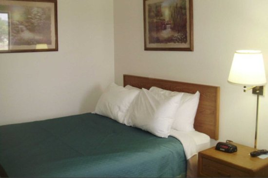Quality Inn & Suites: Guest room with one bed