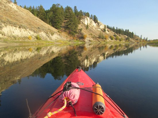 Invermere, Canada: Kayaking back towards Columbia River Paddle base on a beautiful Fall evening.