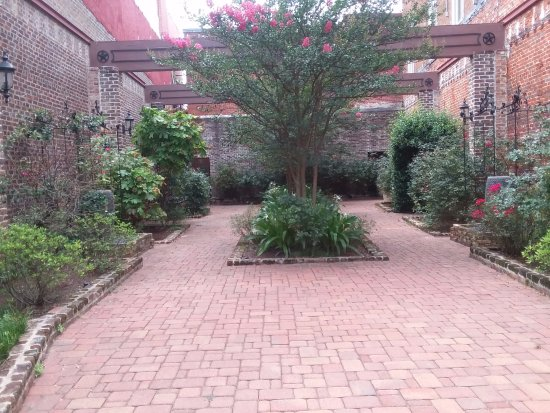 Nacogdoches, เท็กซัส: Lovely garden between two buildings