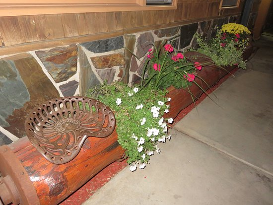 Cedar Wood Inn: Creative benches