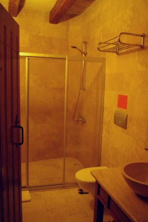 Safran Cave Hotel: bathroom in quadruple room