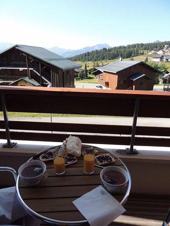 Lagrange Prestige Les Chalets d'Emeraude: Petit déjeuner en terrasse !