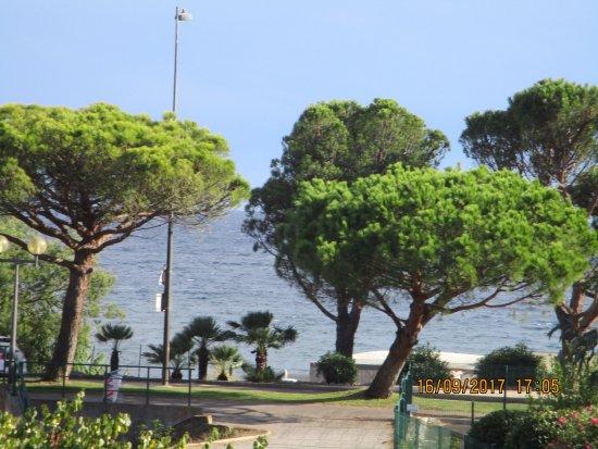 Pierre & Vacances Résidence Les Rivages des Issambres : Vue sur mer depuis la terrasse de l'appartement