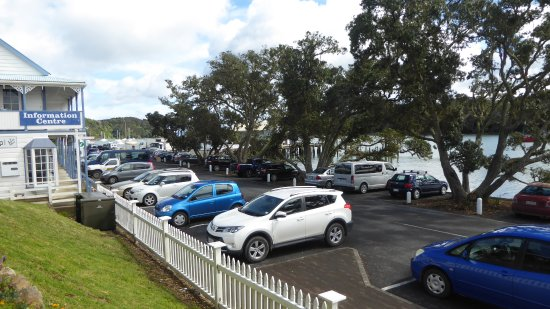 Mangonui, New Zealand: Almost every parking space was taken. A busy little centre.