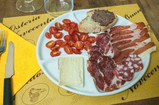 Arcidosso, Italy: Antipasto Toscano - Salumi, Crostini misti, Formaggio e Pomodorini Pachino