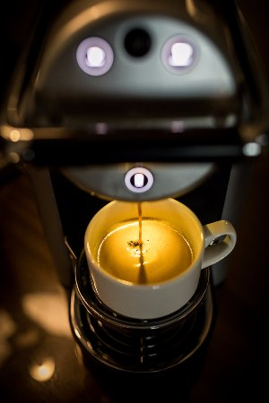Athy, Irlanda: Deluxe Room amenities - Nespresso coffee machine
