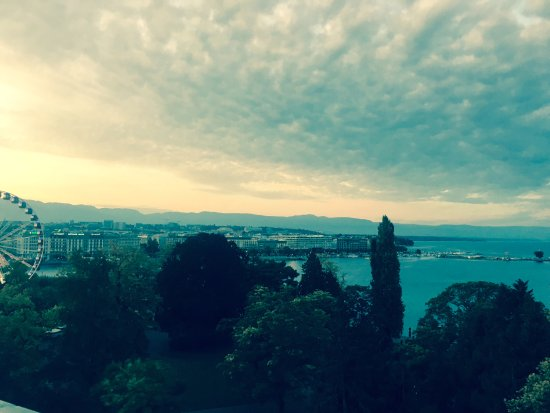 Hotel Metropole Geneve: roof top bar view