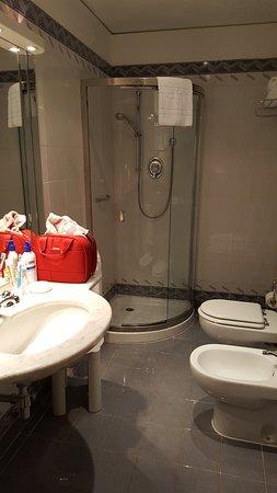 Hotel de La Ville: sauberes großes Badezimmer