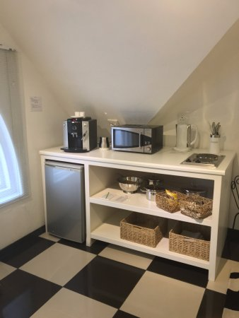Rothman Manor: kitchenette with coffee machine, microwave, kettle, stocked fridge and fresh milk... Yes!