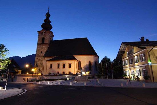 Pension Untersberghof: Die Kirche im Ort.