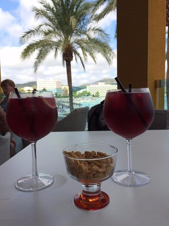 Hotel Seramar Comodoro Playa: Sangria and nibbles in hotel bar area
