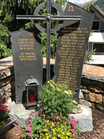 Alpinarium Galtür: Gedenktafel an das Lawinenunglück 1999 auf dem Friedhof