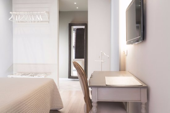 Camera Da Letto Romantica Bianca : Come arredare una camera da letto romantica col grigio talpa