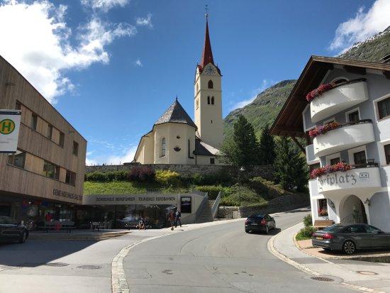 Alpinarium Galtür: Dorfansicht mit Katholischer Kirche