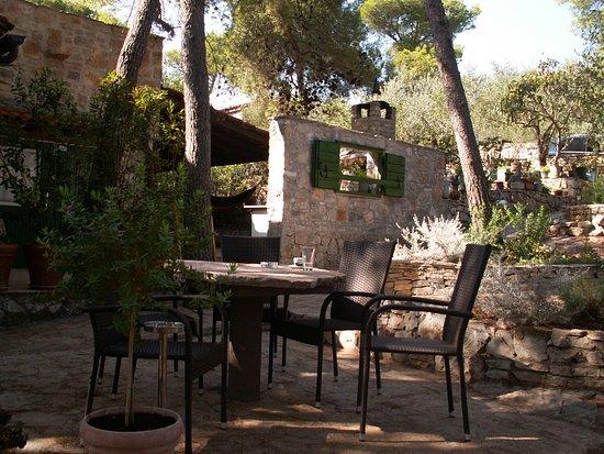 Milna, Croatia: Tavoli sotto la pineta