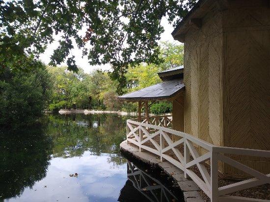 Casa de ca a y lago del jard n el capricho de madrid for Casa jardin madrid
